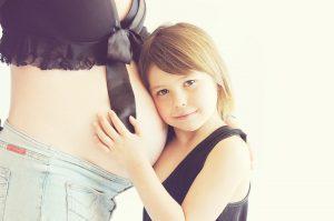 Aceite esencial de geranio, niña y mujer embarazada
