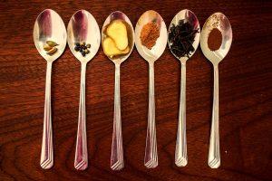 Aceite esencial de cardamomo, diferentes especias