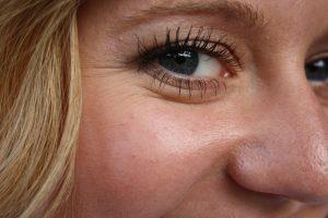 El aceite de rosa mosqueta te ayuda a eliminar las arrugas tempranas